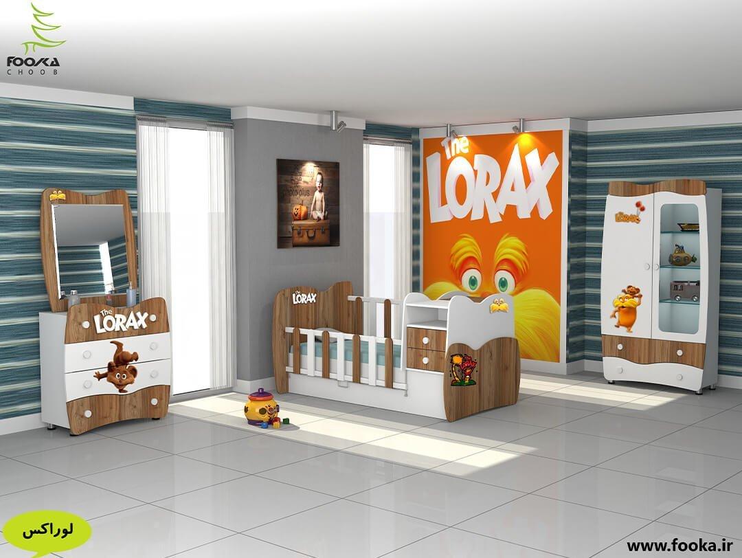 تخت و کمد نوزاد مدل لوراکس با استیکر لوراکس روی دیوار کنار تخت نوزاد